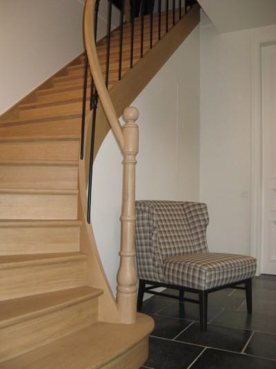 klassieke eiken trap met smeedijzeren balusters